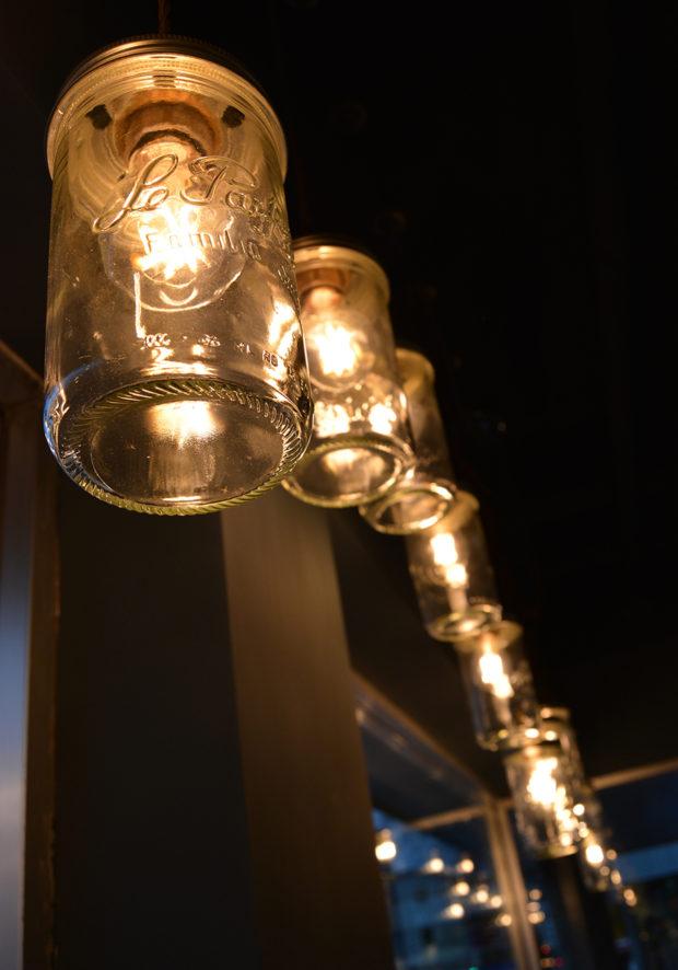 Detaljer fra interiør hos Condelica. Norgesglass som lamper.